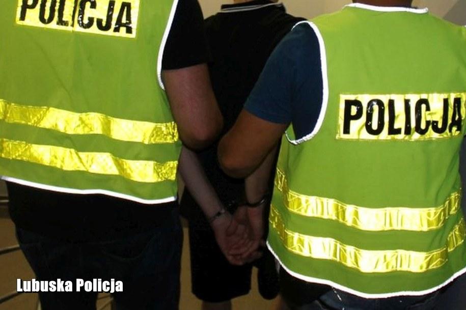 Poszukiwany 32-latek ukrył się w pojemniku na pościel /Policja