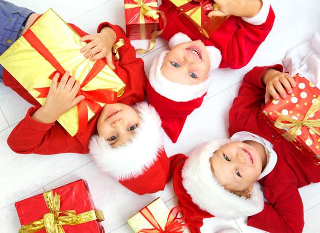 Poszukując zabawek na prezent dla dziecka należy uświadomić sobie, jaką rolę w życiu dziecka pełni zabawa. Inaczej niż sądzi wielu rodziców, jej podstawową funkcją nie jest przede wszystkim dostarczenie rozrywki, chodzi o coś znacznie więcej. /123RF/PICSEL