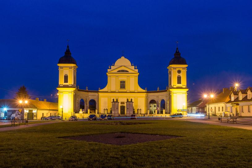 Potężna bryła kościoła ogarnia ramionami obszerny rynek /123RF/PICSEL