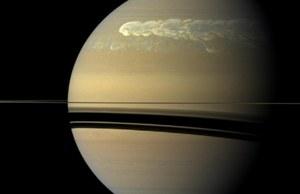 Potężna burza dezorganizuje atmosferę Saturna