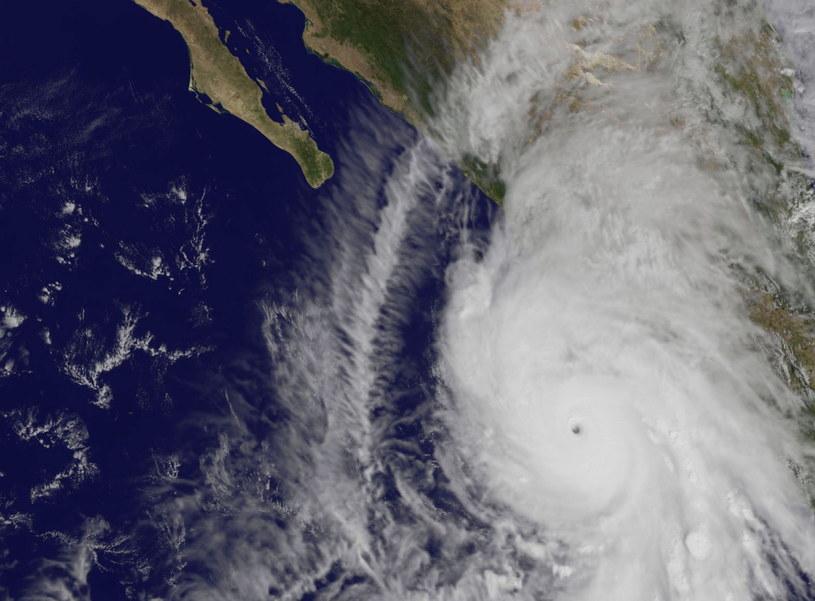 Potężny huragan Patricia dotarł nad zachodnie wybrzeże Meksyku /PAP/EPA