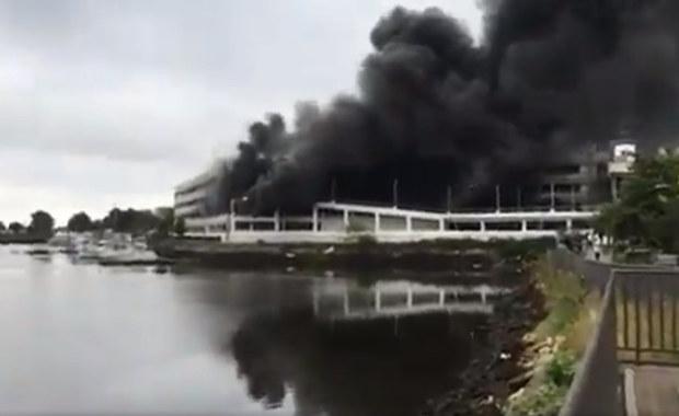 Potężny pożar na Brooklynie. Płoną auta na parkingu centrum handlowego
