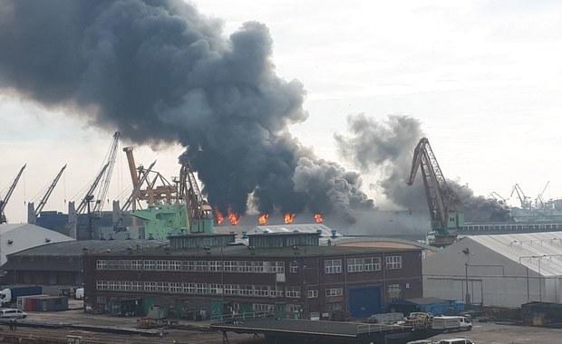 Potężny pożar w porcie w Gdyni. Zawalił się dach magazynu zbożowego [FILM i ZDJĘCIA]