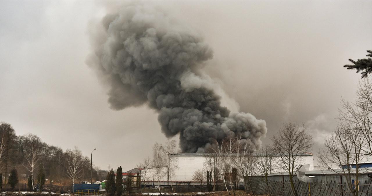 Potężny pożar w zakładzie lakierniczym w Niepołomicach. Gęsty, biały dym nad okolicą