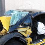 Potrącił rowerzystę, rozbił luksusowe auto na latarni [ZDJĘCIA]
