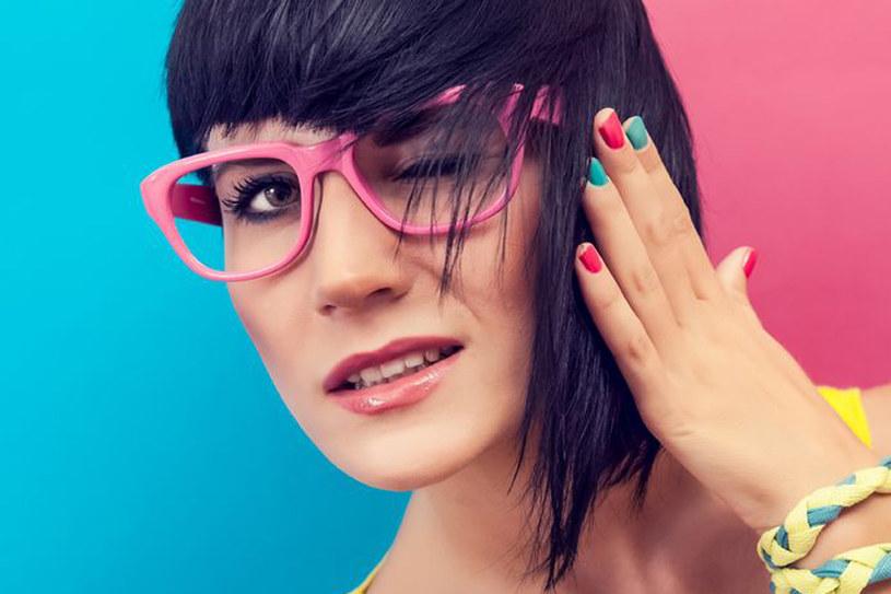 Potrafisz patrzeć na świat przez różowe okulary? /123RF/PICSEL