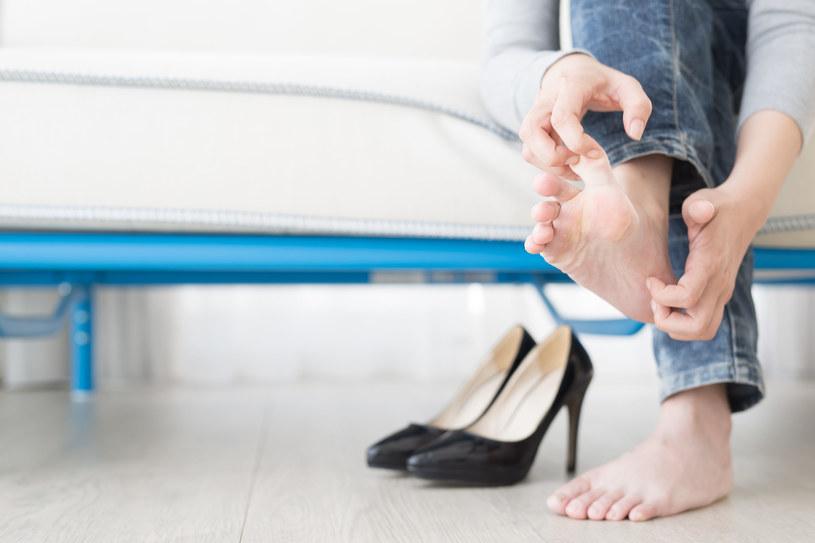 Potraktuj plastry cytryny jak kompresy i obłóż nimi całe stopy /123RF/PICSEL