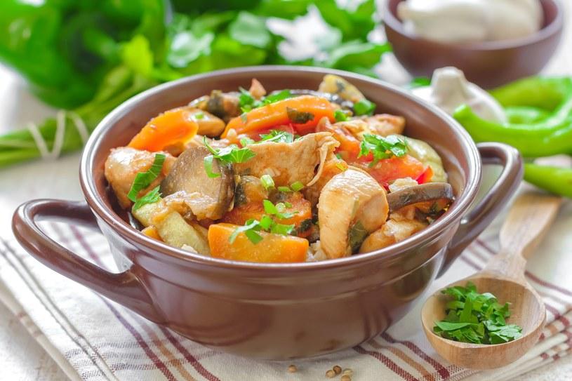 Potrawa udekorowana ziołami smakuje jeszcze lepiej /123RF/PICSEL