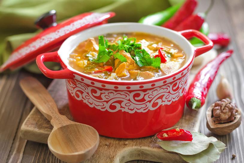 Potrawę jednogarnkowa najlepiej podawać na stół w naczyniu, w którym się gotowała, czy dusiła. Wtedy każdy nabierze sobie smakowitego dania, ile będzie chciał /123RF/PICSEL
