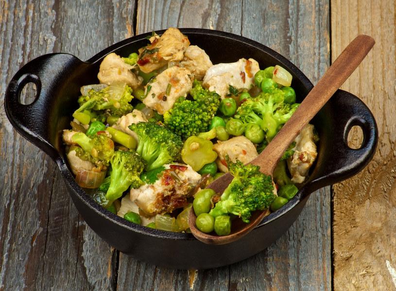 Potrawę udekoruj listkami bazylii /123RF/PICSEL