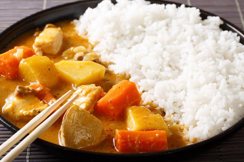 Potrawkę możesz zaserwować z ryżem lub ziemniakami /123RF/PICSEL