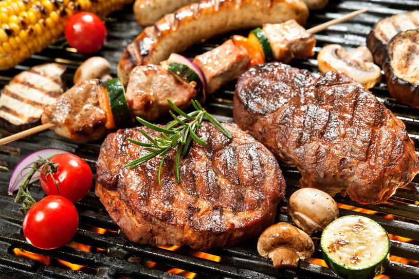 Potrawy z grilla nie muszą być niezdrowe. Trzeba tylko wiedzieć, jak je przyrządzić /123RF/PICSEL