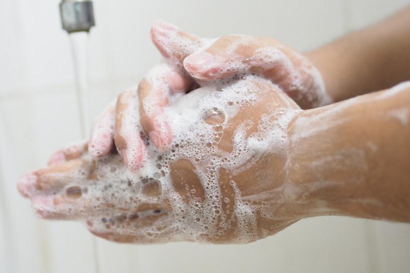 Potrzeba minimum pół minuty, by za pomocą detergentu dokładnie zmyć brud z naszych dłoni /123RF/PICSEL