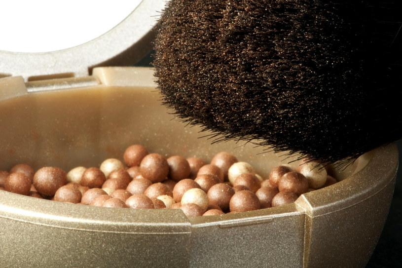 """""""Pourlopowy"""" makijaż koniecznie wykończ muśnięciem skóry bronzerem /123RF/PICSEL"""