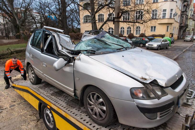 Powalone przez wiatr drzewo uszkodziło zaparkowany samochód osobowy. /Maciej Kulczyński /PAP