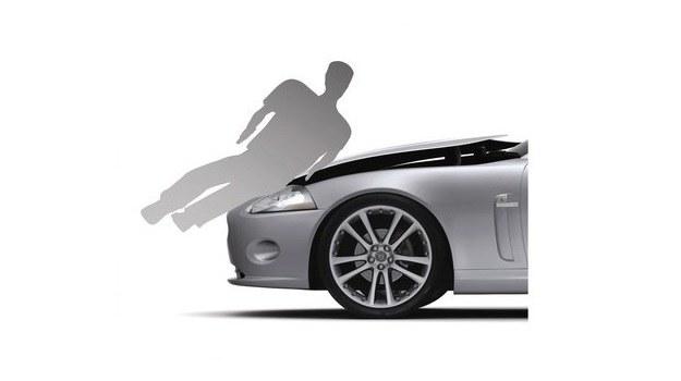 Poważne obrażenia pieszych są zwykle efektem uderzenia o twarde elementy silnika. Mechanizm unoszący maskę o kilka cm po wykryciu kolizji z pieszym ogranicza to ryzyko. System został wprowadzony w Citroenie C6 i Jaguarze XK. /Jaguar