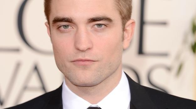Poważny (i samotny) Robert Pattinson na Złotych Globach - fot. Jason Merritt /Getty Images/Flash Press Media