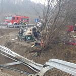 Poważny wypadek na zakopiance. Auto wypadło z drogi i uderzyło w robotników