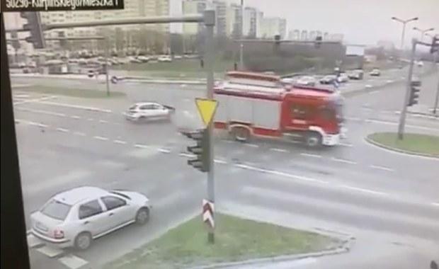 Poważny wypadek w Poznaniu. Osobówka zderzyła się z wozem straży pożarnej