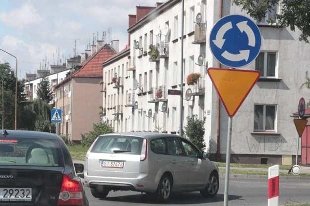 Poważnym problemem jest również kwestia używania kierunkowskazów na rondach /INTERIA.PL