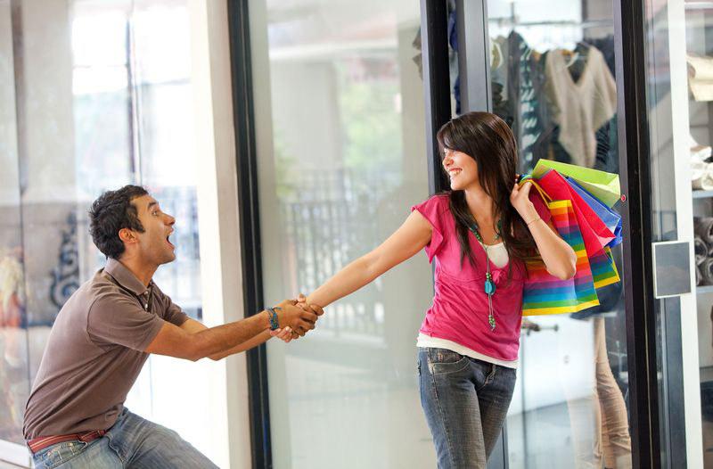 Powiedz swojemu facetowu, że bardzo żalezy ci na jego opinii, wtedy chętniej pomoże w zakupach  /© Panthermedia