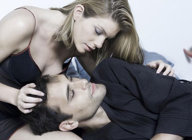 Powiedzieć jej, że mąż ją zdradza? /© Panthermedia