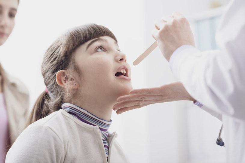 Powiększający się trzeci migdałek może prowadzić również do całkowitej niedrożności nosa, a wówczas dziecko zaczyna oddychać tylko przez usta /123RF/PICSEL