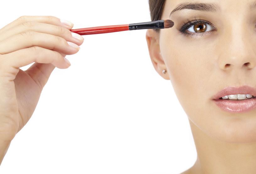 powiększanie oczu makijażem /© Photogenica