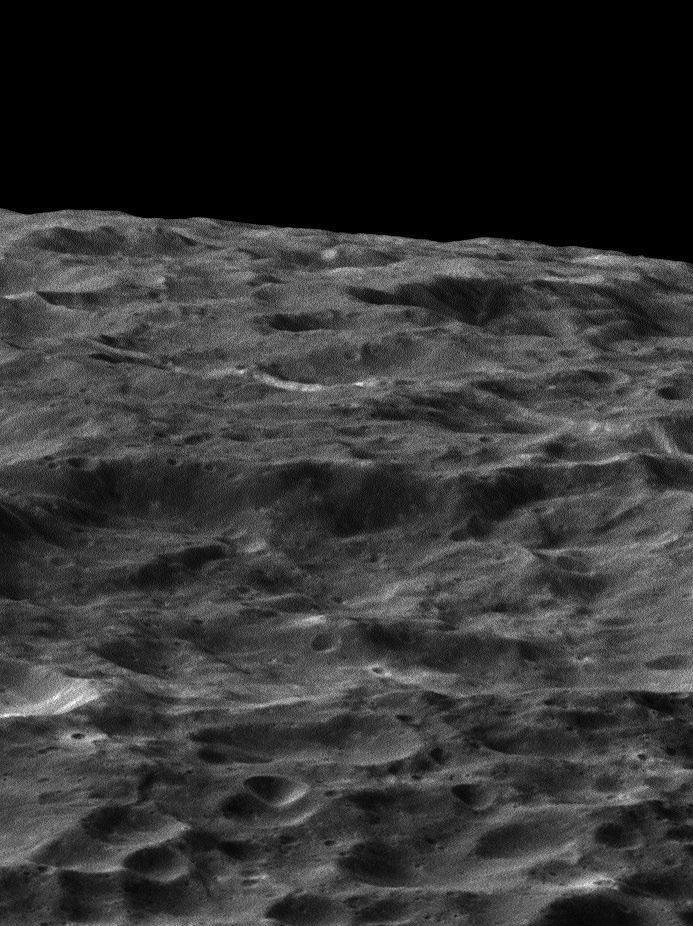 Powierzchnia Dione sfotografowana przez sondę Cassini /NASA