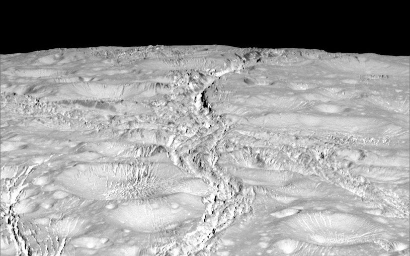 Powierzchnia Enceladusa sfotografowana przez sondę Cassini w trakcie zbliżenia z 14 października 2015 /NASA
