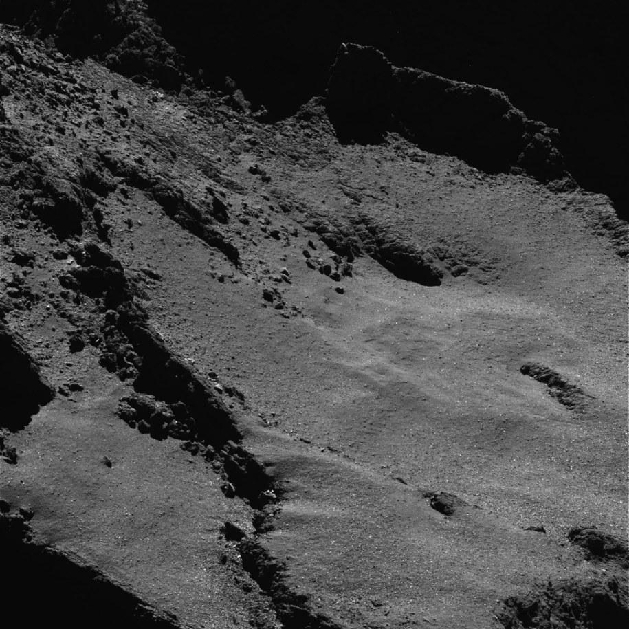Powierzchnia jądra komety 67P z odległości około 5 kilometrów /ESA/Rosetta/MPS for OSIRIS Team MPS/UPD/LAM/IAA/SSO/INTA/UPM/DASP/IDA /materiały prasowe