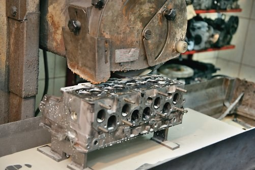 Powierzchnia, którą głowica styka się przez uszczelkę z blokiem silnika jest szlifowana (planowana). /Motor