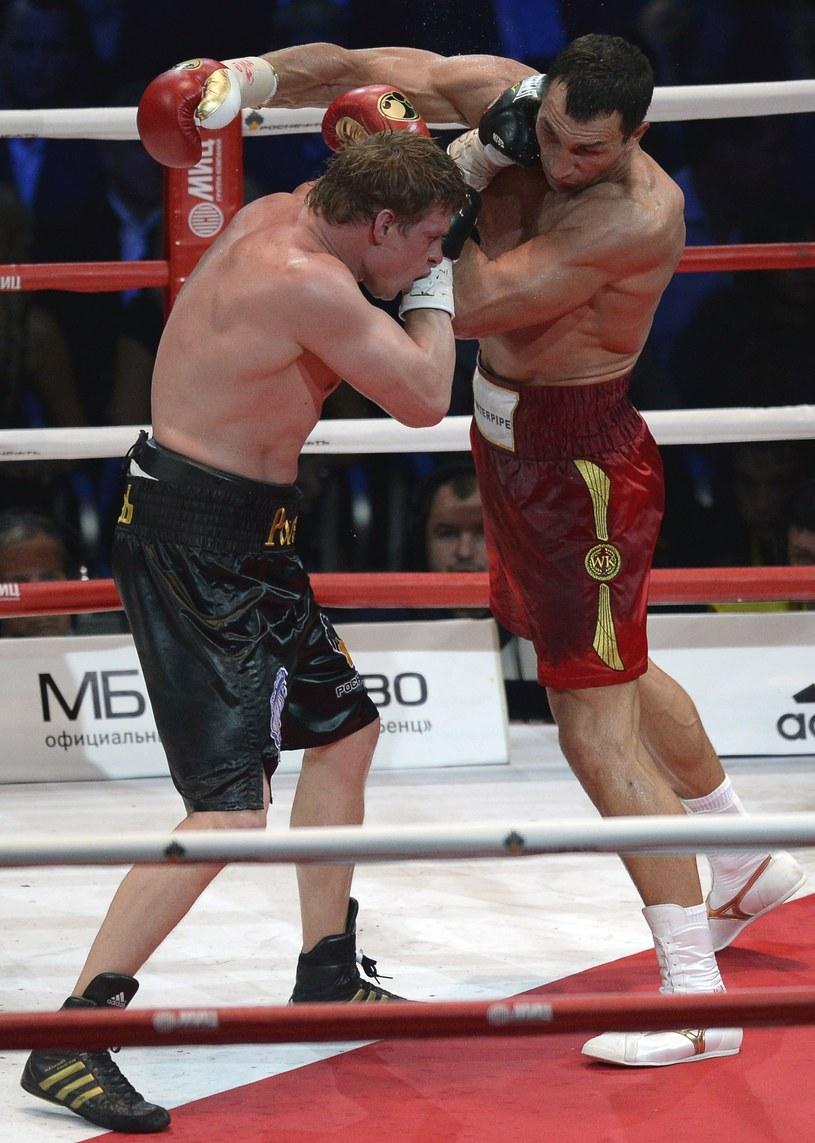 Powietkin (z prawej) przegrał z Kliczką /ALEXANDER NEMENOV /AFP