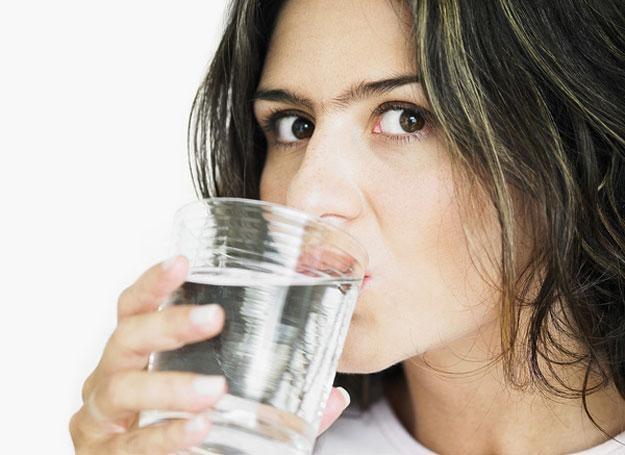 Powinniśmy wypiać przynajmniej 2 litry dziennie wody /© Panthermedia
