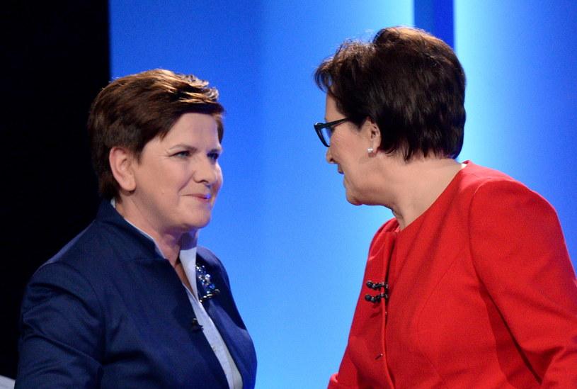 Powitanie Beaty Szydło i Ewy Kopacz przed debatą /Jacek Turczyk /PAP