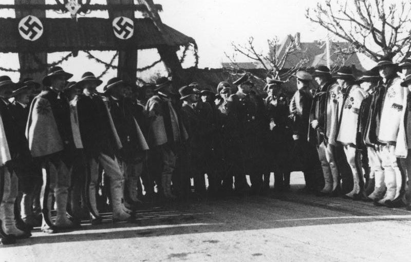 Powitanie Hansa Franka pod bramą FIS /Narodowe Archiwum Cyfrowe /materiały prasowe