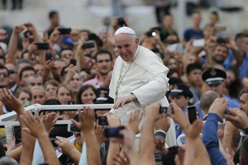 Powitanie papieża Franciszka przed mszą w Tiranie /PAP/EPA