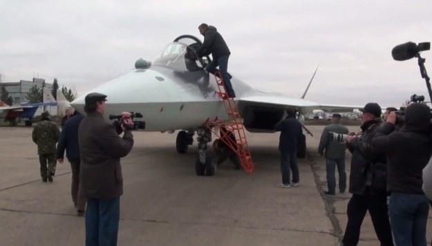 Powitanie pilota samolotu Suchoj T-50 /materiały prasowe