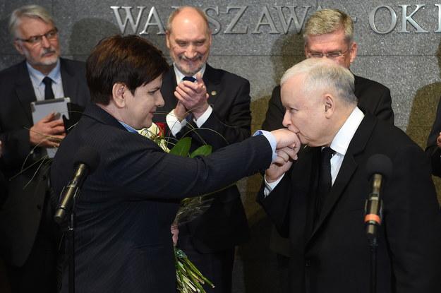 Powitanie premier na lotnisku po powrocie z Brukseli /Radek Pietruszka /PAP