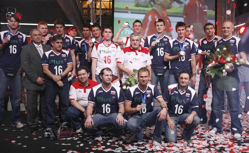 Powitanie wicemistrzów świata na lotnisku w Warszawie. Polacy w koszulkach Arka Gołasia /Piotr Blawicki /East News
