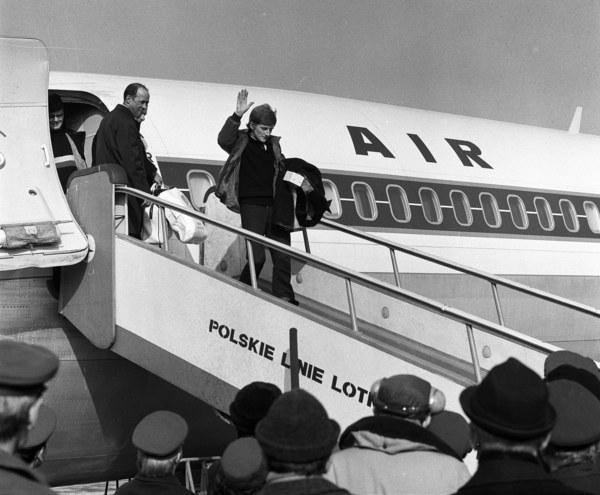 Mistrz olimpijski Wojciech Fortuna witany na lotnisku Okęcie po powrocie z Zimowych Igrzysk Olimpijskich w Sapporo; Warszawa, 1972