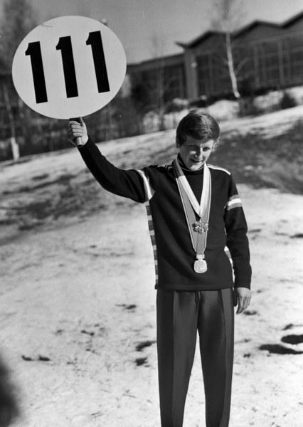 Powitanie mistrza olimpijskiego Wojciecha Fortuny w klubie po powrocie z Igrzysk Olimpijskich w Sapporo. N/z Wojciech Fortuna ze złotym medalem olimpijskim i tabliczką z liczbą metrów uzyskanych w pierwszym skoku w konkursie olimpijskim, Zakopane, 1972