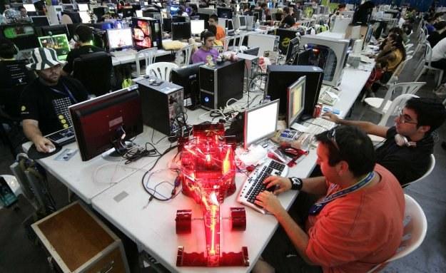 Powód do dumy mają m.in. inżynierowie systemów komputerowych (100 900 USD) /AFP