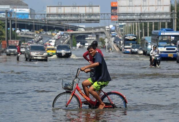 Powód w Tajlandii może przyczynić się do podwyżki cen sprzętu /AFP