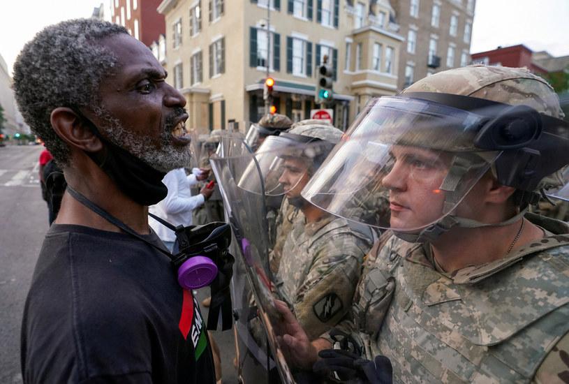 Powodem protestów jest brutalna interwencja policjanta, w wyniku której życie stracił czarnoskóry mężczyzna /KEVIN LAMARQUE/Reuters /Agencja FORUM