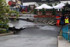 Powódź powoduje kolejne zniszczenia. Osuwający się most w Szczawnicy