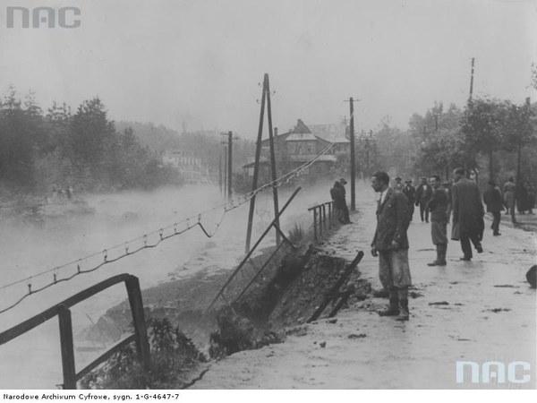 Mieszkańcy Zakopanego przyglądają się wezbranym wodom potoku Bystra na ulicy Sienkiewicza, 16.07.1934