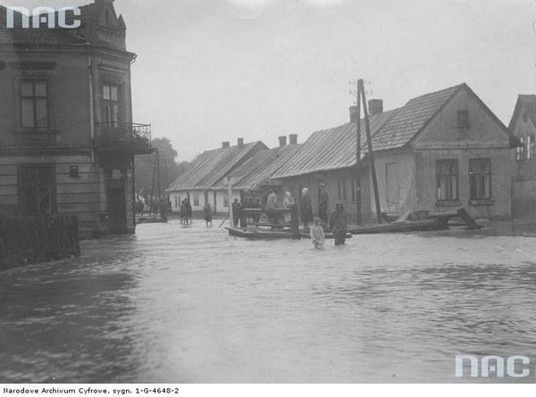 Przedmieście Zatora Blich zalane wodami wezbranej Skawy. Mieszkańcy brodzą w wodzie, 1934
