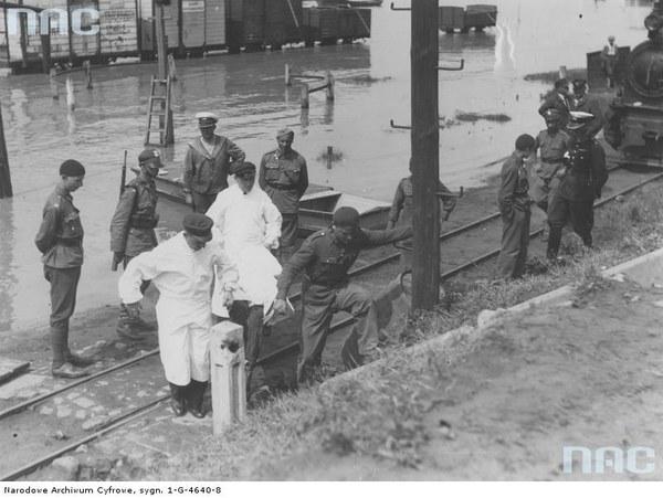 Powódź w Warszawie. Przenoszenie wyłowionego topielca do komisariatu rzecznego policji, 1934