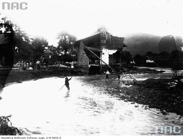 Powódź w Łącku. Fragment koryta potoku Czarna Woda w drugi dzień po wylewie. Na drugim planie widoczne ruiny domu zniszczonego przez falę powodziową, 17.17.1934